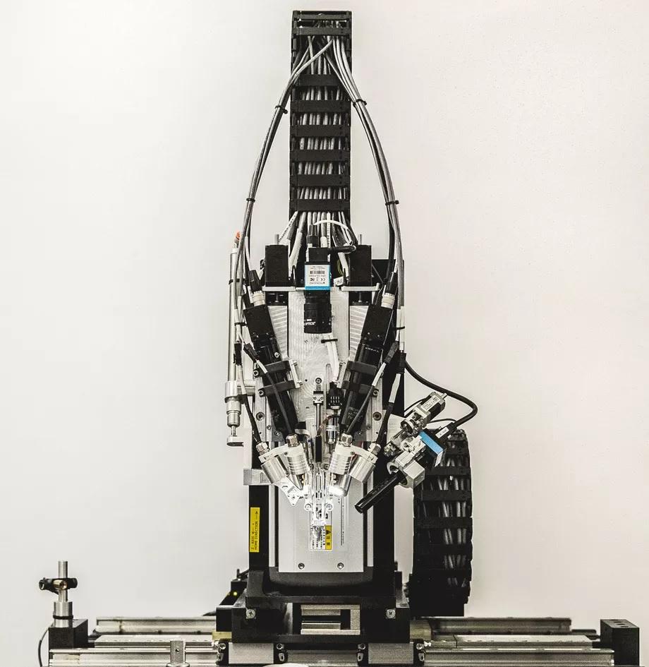 A Neuralink szálak beillesztéséhez használt gépe