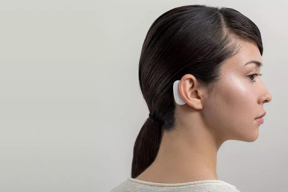 Neuralink modul, amely a koponyán kívül helyezkedik el, és vezeték nélküli információt vesz az agyba ágyazott szálakból